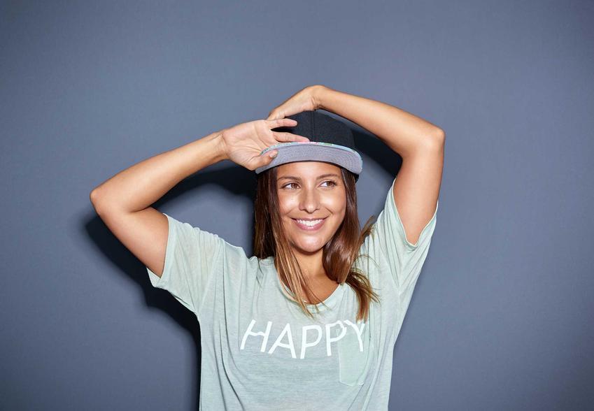 Kobieta w czapce z daszkiem oraz porady, jak prać czapkę z daszkiem fullcap i innego rodzaju czapki z daszkiem