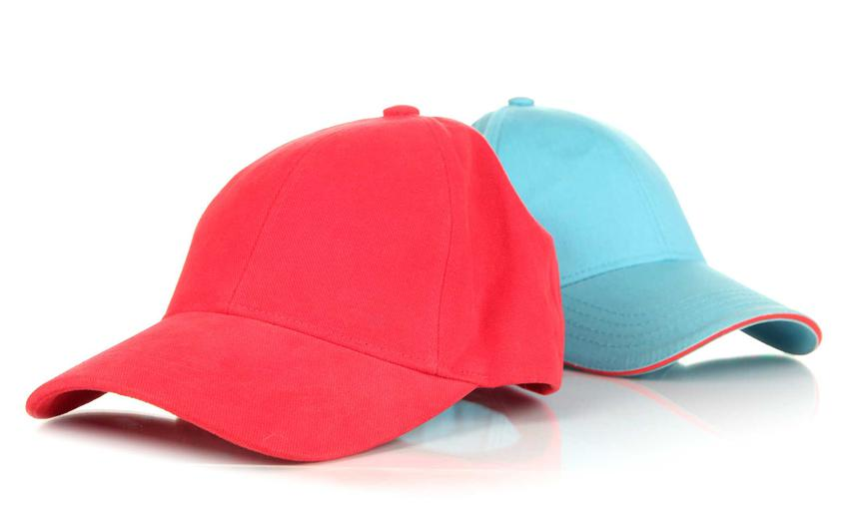 Czerwona i niebieska czapka z daszkiem oraz porady, jak prać czapkę z daszkiem fullcap oraz inne czapki z daszkiem