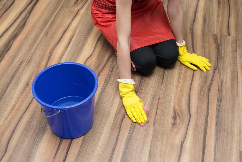 Mycie i nabłyszczanie paneli podłogowych należy robić za pomocą miękkiej ściereczki z mikrofibry i specjalistycznych środków, używając małej ilości wody.