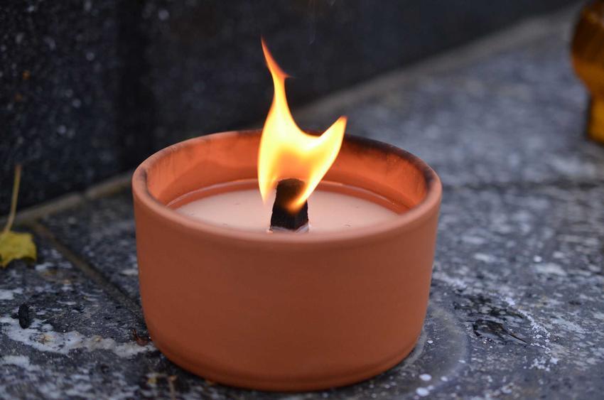 Rozlany wosk na pomniku, a także czym zmyć wosk z pomnika, w tym usuwanie wosku z granitu i z kamienia