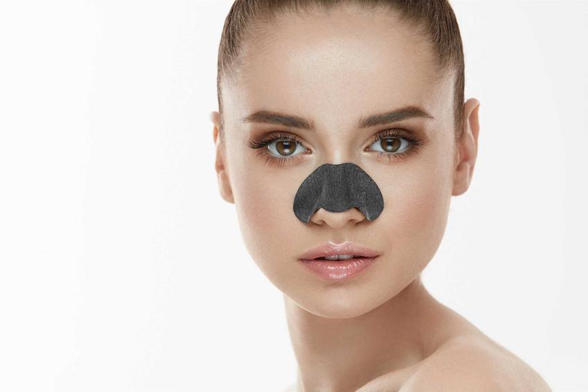 Kobieta z plastrem na nosie, a także czarne kropki na nosie, czyli wągry jako rodzaj czarnych zaskórników na nosie