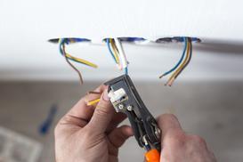 Jak podłączyć gniazdko elektryczne krok po kroku? Poradnik praktyczny