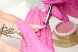 W poszukiwaniu idealnego manicure, czyli kilka słów o tym, jakie zastosowanie ma żel do paznokci