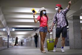 Dystans w kolejkach i ogromny ścisk w autobusie - czyli lotnisko w dobie koronawirusa