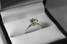 Na której ręce nosi się pierścionek zaręczynowy? Wyjaśniamy