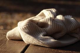 Jak usunąć zmechacenia bez używania golarki? 4 domowe sposoby na kulki na ubraniach