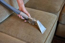 Czym i jak wyprać kanapę - metody czyszczenia kanap, środki czyszczące, poradnik krok po kroku