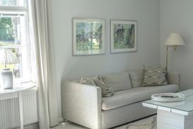 Narożnik, sofa, wersalka do salonu z funkcją sypialni – co lepsze?