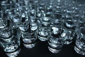 Z czego powstają polskie wódki? Ziemniaczane, zbożowe i inne – poznaj polską jakość!