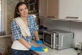 Jak wyczyścić mikrofalówkę - najlepsze sposoby na mycie mikrofali