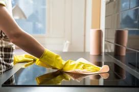 Jak wyczyścić przypaloną płytę ceramiczną? Domowe sposoby i sprawdzone środki