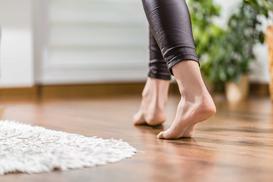 Nabłyszczanie i pastowanie paneli podłogowych – polecane preparaty, poradnik krok po kroku