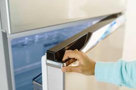 Jak przełożyć drzwi w lodówce? Praktyczny poradnik krok po kroku