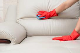 Czyszczenie skóry krok po kroku – domowe sposoby na usuwanie plam ze skóry