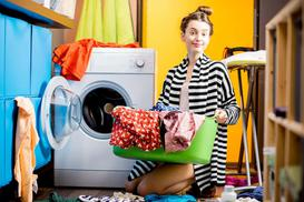 Suszarka pionowa na pranie - którą wybrać do małego mieszkania?