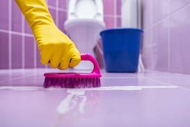 Najlepsze sposoby na czyszczenie fug z brudu i pleśni - wysoka skuteczność!