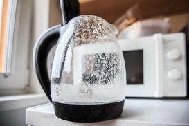 Odkamienianie czajnika octem, sodą czy kwaskiem cytrynowym. Radzimy